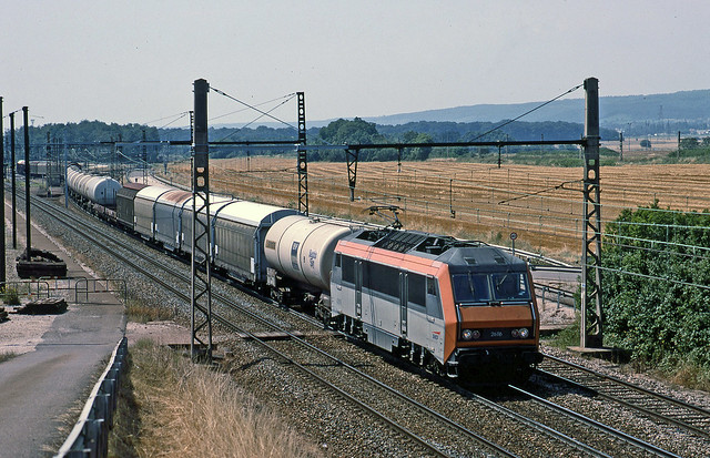 SNCF 'Sybic' 26116 takes a long northbound freight through Gevrey Chambertin yard without stopping on 29 July1999.