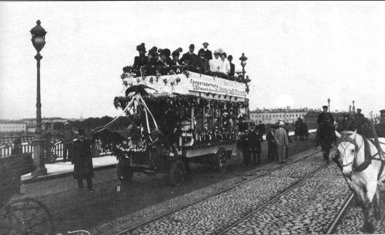 Рекламный проезд автобуса Южно-Германского автомобильного общества на Троицком мосту. 1907