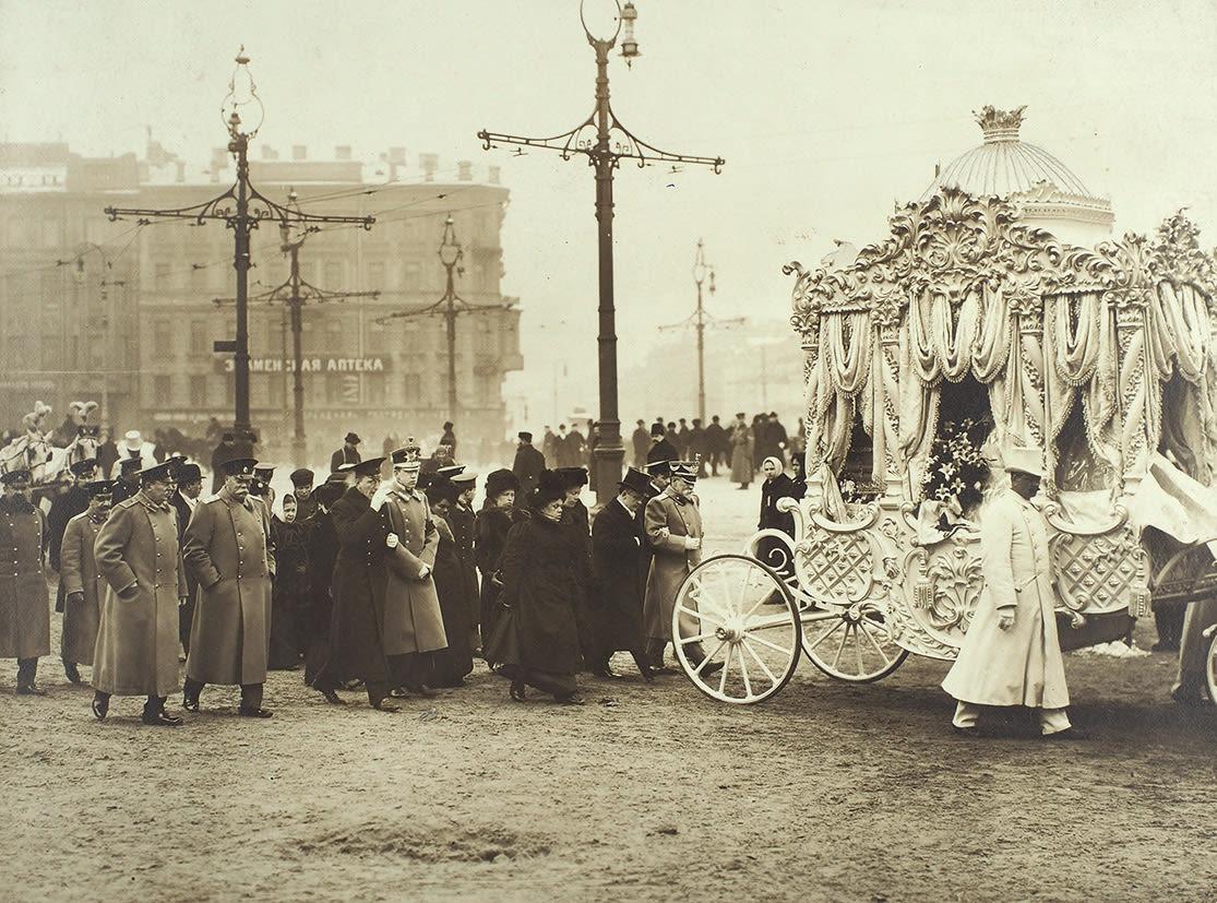 Похоронная процессия на Знаменской площади