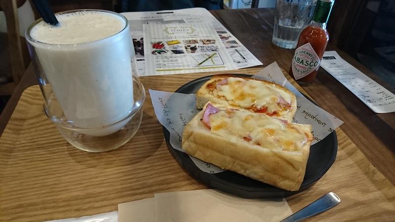 C.Cafe。ここでハムチーズトーストとバナナオーレ
