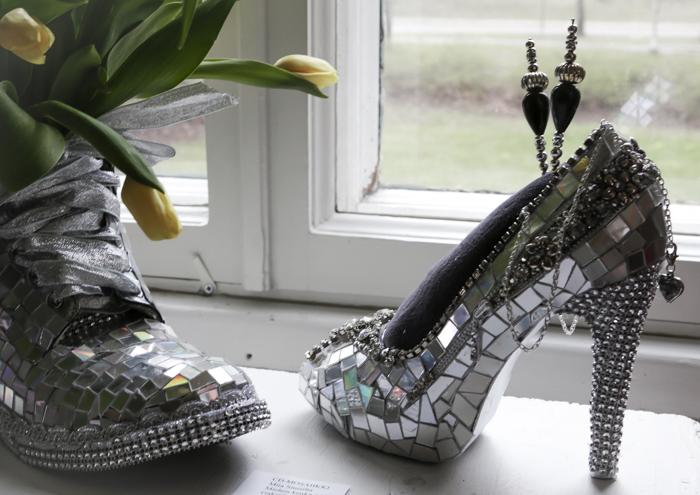 taidenäyttely häkkiterapiaa galleria alli kerava koristeltu kenkä cd askartelu
