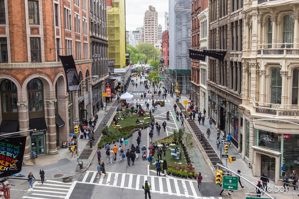 Нью-Йорк во время дня без автомобиля