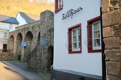 Bad Münstereifel: Zollhaus an der mittelalterlichen Stadtmauer mit Bogenpfeilern