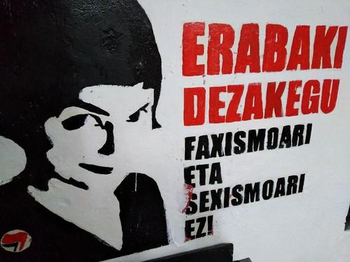 Pintada antifascista en el interior de Lakaxita