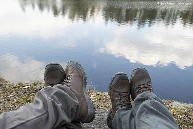Istuskelemassa kalliolla Matildanjärven rannalla
