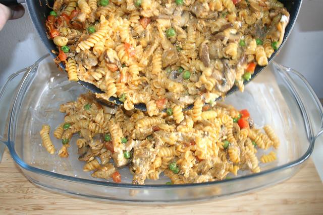 25 - Nudeln in Auflaufform geben / Put noodles in casserole