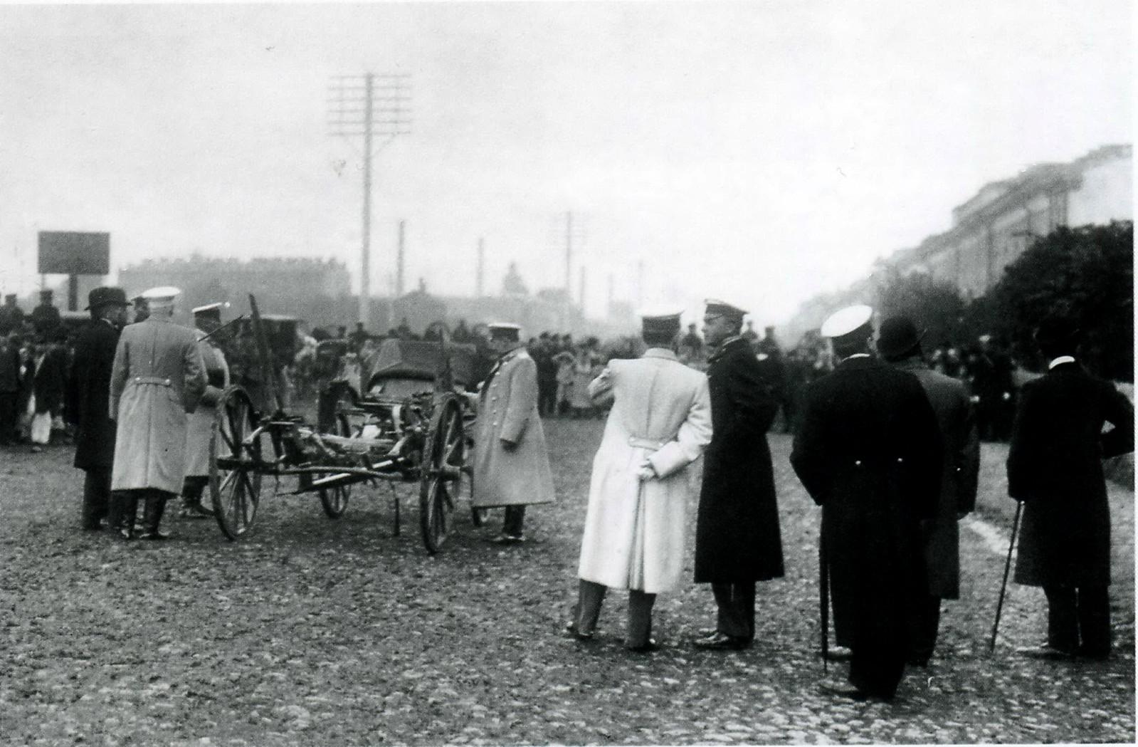 Полицейские чины и толпа любопытных перед Варшавским вокзалом на месте убийства министра внутренних дел В.К.Плеве. 15 июля 1904