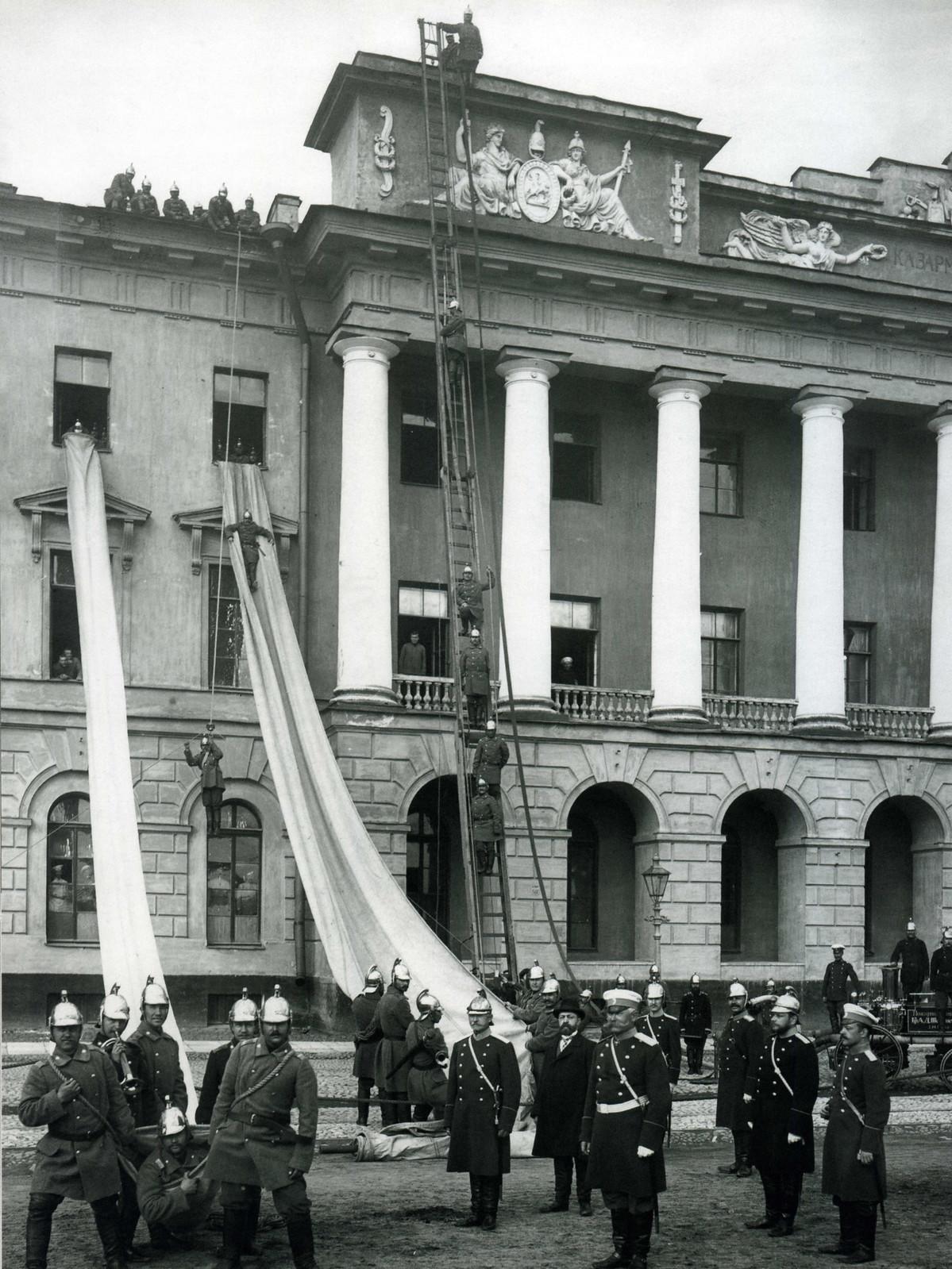 Показательные учения пожарных частей на Марсовом поле в здании казарм лейб-гвардии Павловского полка. 26 июня 1900