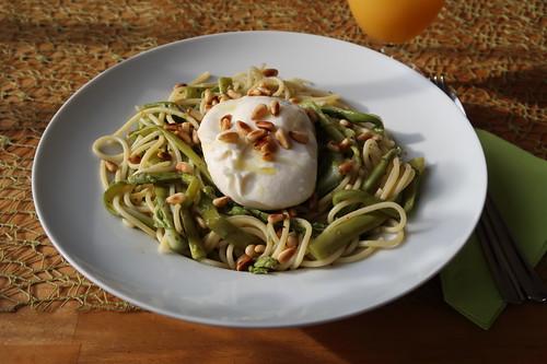 Spaghetti mit grünem Spargel, Burrata, Chili & Zitrone