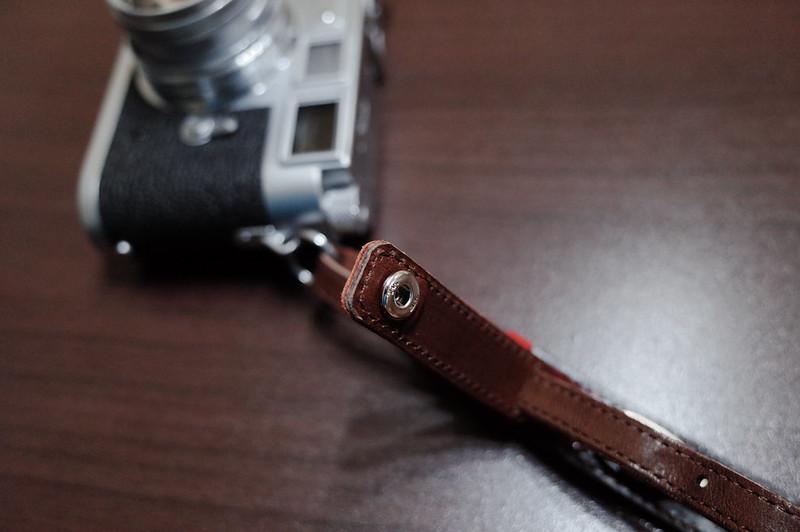 カシェ レッタ for LEICA チョコ120cmをLeicaのリングに通して バックルを締める