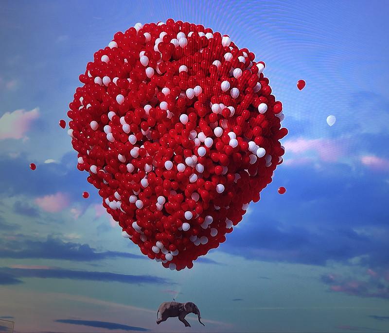 Balloons holding Elefant