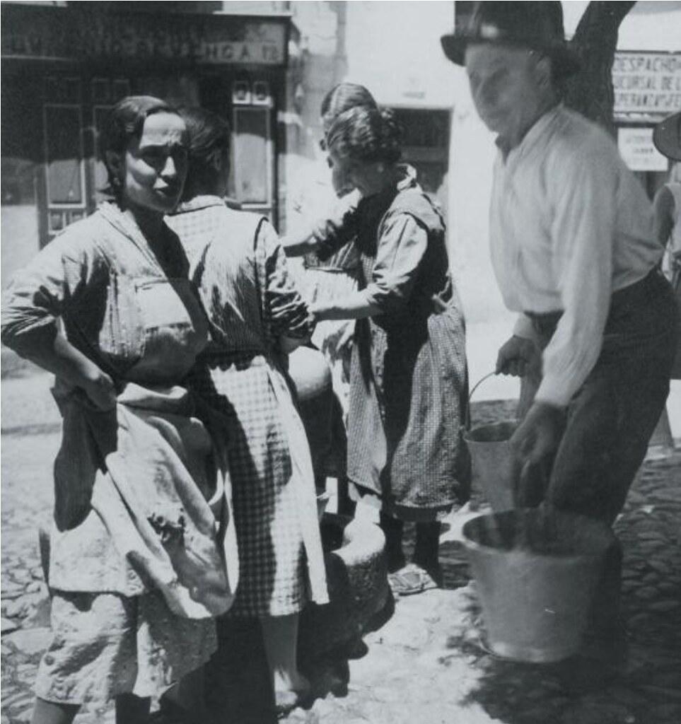 Fuente en la Plaza de Santo Tomé hacia 1934. Fotografía de Blanc & Demilly