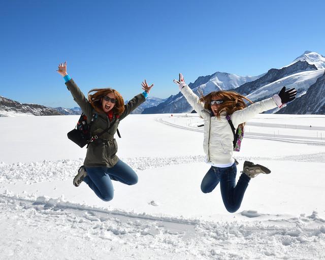 Saltando frente a la Konkordiaplatz del glaciar Aletsch