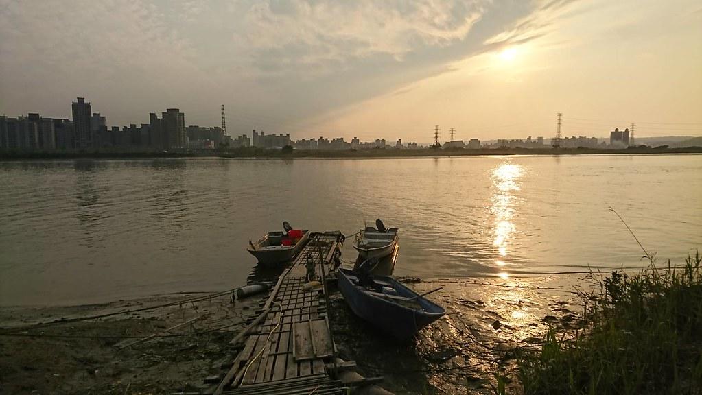 從社子島望向蘆洲,兩岸過去曾共享蘆葦也曾生活緊密相依,堤防築起後也分割了兩地的地方社會