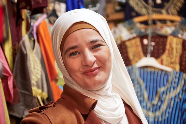 Venedora del soc de Tripoli posa encantada per ser fotografiada, Trípoli, Líban.