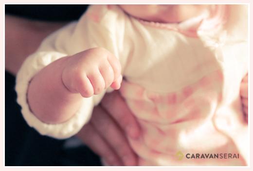 赤ちゃんの手のアップ げんこつ