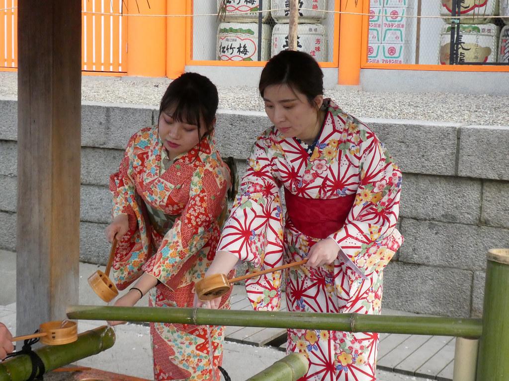 Девушки в кимоно в тёдзуе