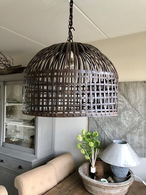 Hanenmand lamp boven eettafel landelijke stijl