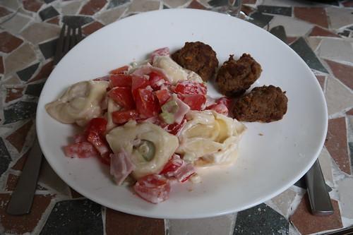 Tortellini-Salat und Frikadellen