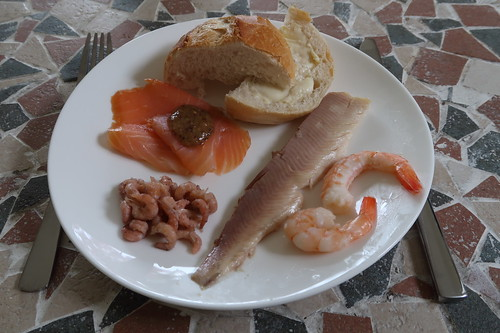Brötchen mit Forelle, Lachs mit Monschauer Honig-Mohn-Senf, Krabben und Garnelen