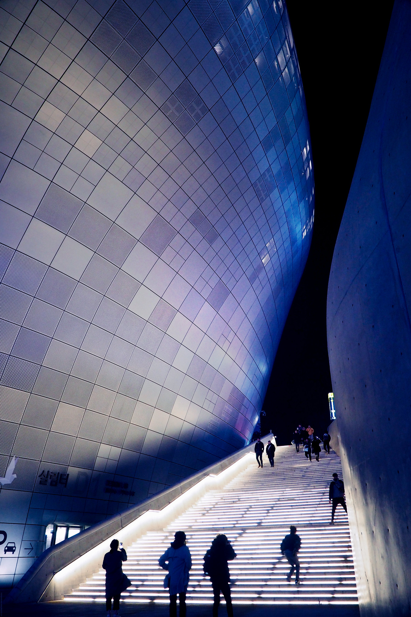 Seoul South Korea Dongdaemun Futuristic Building_effected