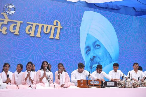 Devotional song by Priyanka Sahni and Saathi from Malad MH