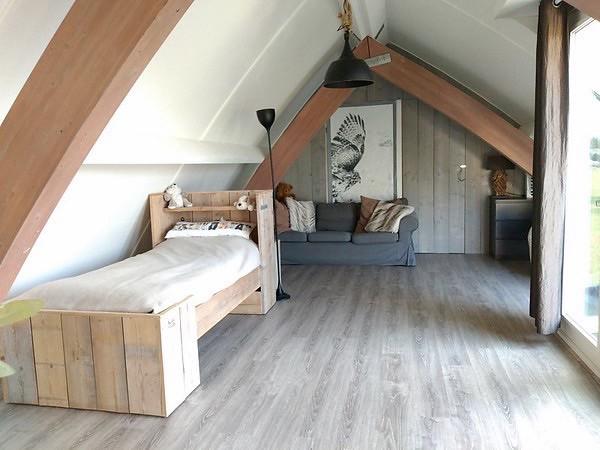 Steigerhouten bed slaapkamer schuine wanden