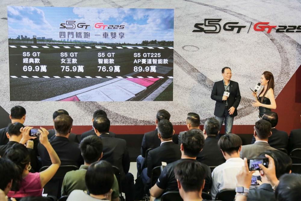 1:全球首發的LUXGEN S5 GT_GT225全車系搭配舊換新正式售價為:LUXGEN S5 GT經典款64.9萬(原售價69.9萬)、女王款70.9萬元(原售價75.9萬)、智能款71.9萬元(原售價76.9萬);LUXGEN S5 GT225 AP賽道智能款84.9萬元(原售價89.9萬)