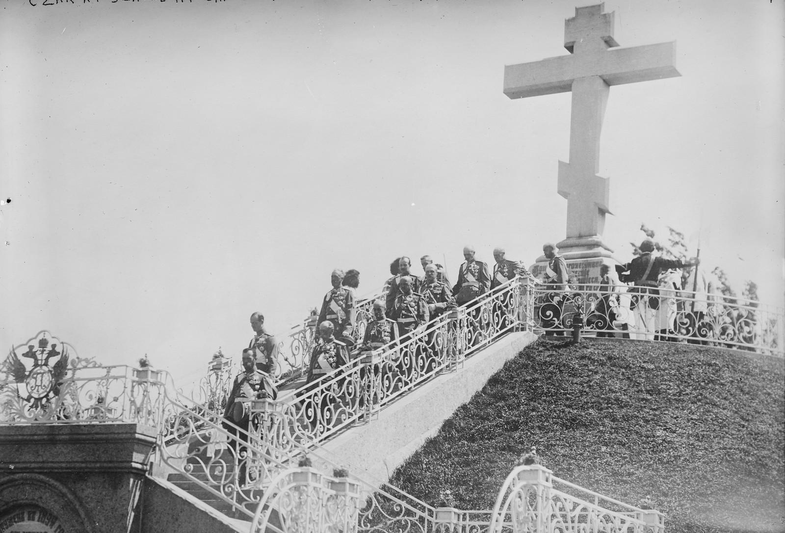 1909. Полтава. Император Николай II со свитой во время посещения памятника погибшим в Полтавской битве, 27 июня