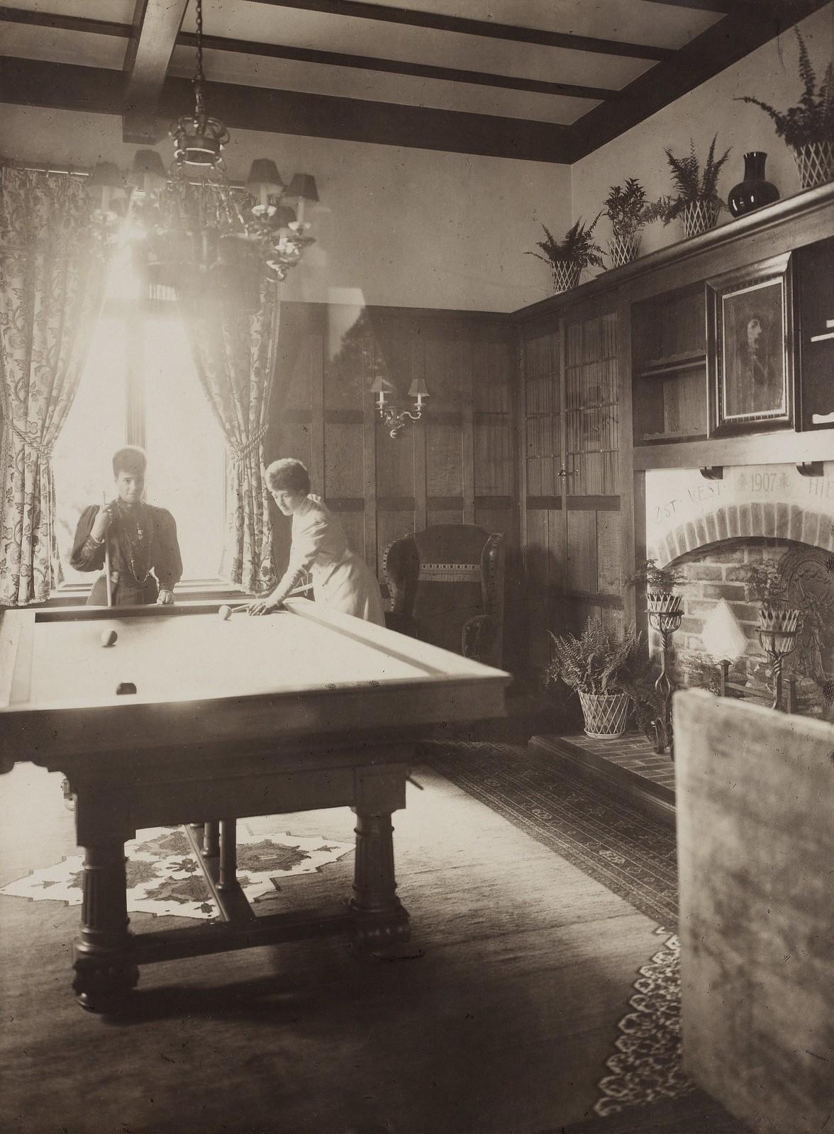 1907. Вдовствующая царица Мария Федоровна играет на бильярде с сестрой, королевой Александрой