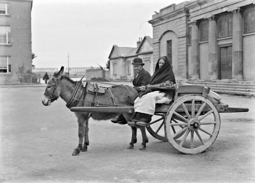 eason easonson easoncollection easonphotographiccollection glassnegative nationallibraryofireland goingtomarket man woman donkeyandcart xgerald galway countygalway courthousesquare courthouse locationidentified fordasscart townhall 20thcentury