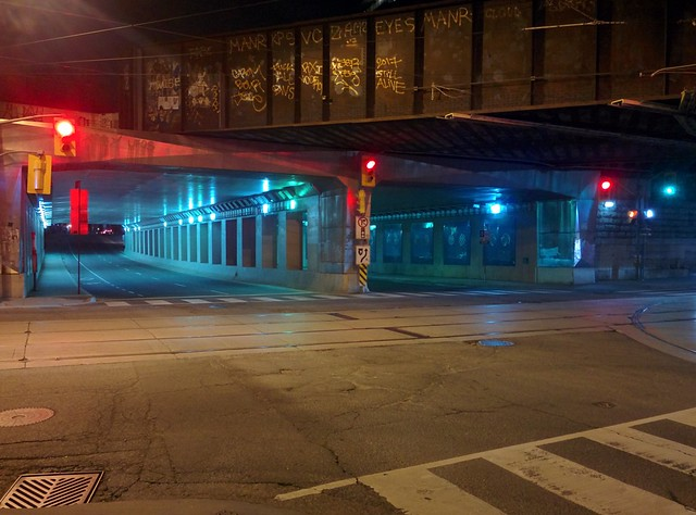 Moments at Dufferin on Queen, looking north (6) #toronto #parkdale #dufferinstreet #queenstreetwest #intersection #night #traffic