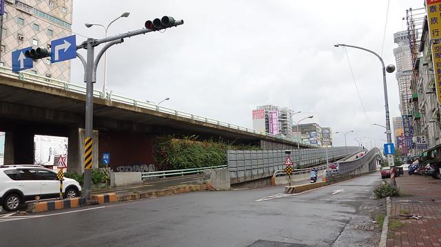 民族地下道變成陸橋了