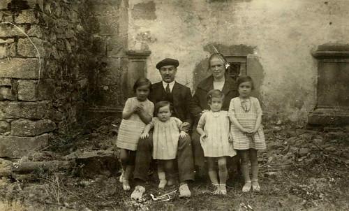 Abuelos Norberto Aguirre Gardeazal y Benita Cuadra Muguruza con las primeras cuatro hijas: Marta (a la derecha, mi madre), Julita, Adori y Pilar (la mayor).