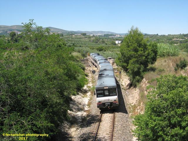 Tren de media distancia de Renfe (Regional Xátiva-Alcoi) a su paso por BENISSODA (Valencia)