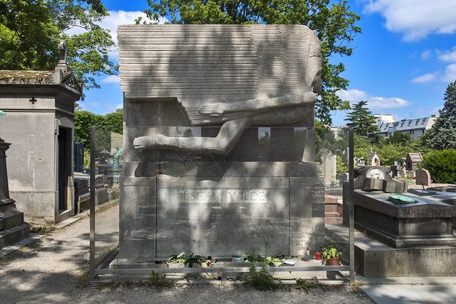 The tomb of Oscar Wilde, La tombe d'Oscar Wilde au Père Lachaise, Paris.  No. 0613.