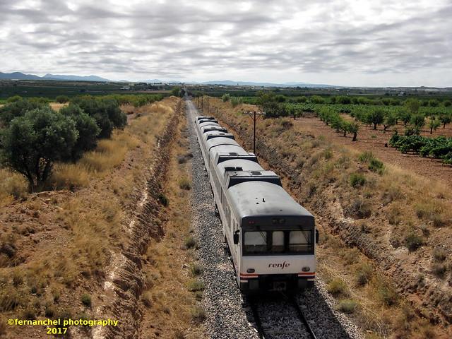 Tren de media distancia de Renfe (regional Madrid-Valencia) a su paso por UTIEL (Valencia)