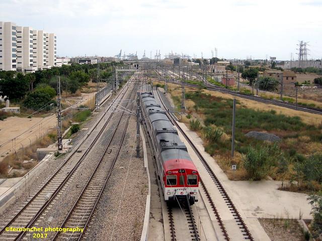 Tren de Cercanías de Renfe (Línea C-3) a su paso por VALENCIA