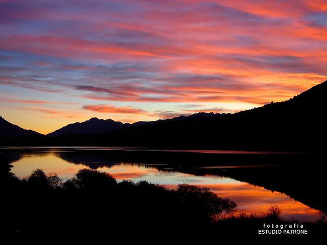 PUESTA DE SOL ( Sunset ) EN EL LAGO PELLEGRINI  - AKA LAGO MOSQUITO -CHOLILA  ( cholila prov.de CHUBUT) -Sony DSC-S90 -Argentina .