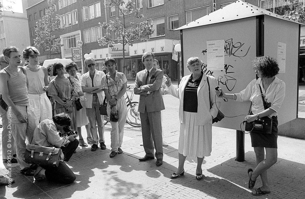 mei 1989, Nijmeegs burgemeester Ien Dales plakt het eerste affiesje <strong>Geschopt, Gepakt, Geslagen?</strong>