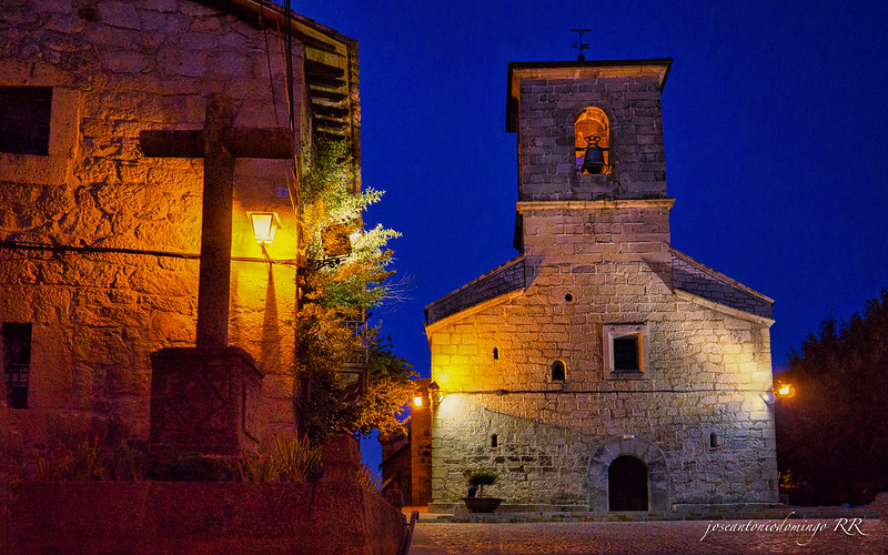 Piedralaves de noche. Iglesia y Cruz de los Enamorados.