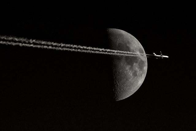 Cruzando la luna.
