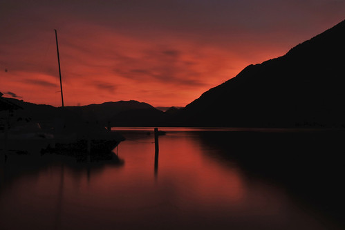 canon eos 80d 1635mm f4 austria lake pink red sky colour cloud bright silhouette mountain black dusk dark contrast long exposure water reflection boat hill smooth ossiach sunset ossiacher see