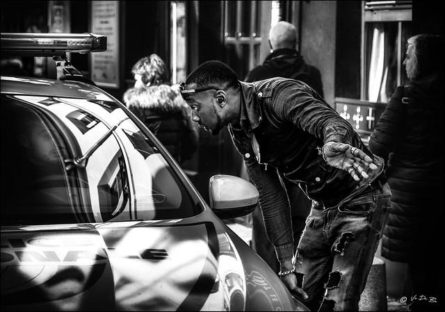 Non, Monsieur l'agent, c'est vous qui êtes en sens interdit!!  / No Officer, you are driving on  the wrong way !!