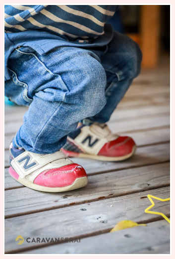男の子の足元 靴はニューバランス