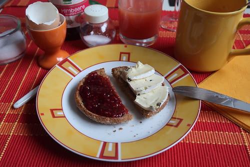 Toastie mit Himbeerkonfitüre und Weichkäse mit Pfeffer