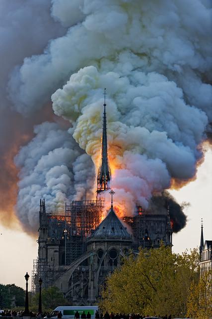 Paris_Cathedrale_de_Notre-Dame_en-feu_20190415_001_DxO