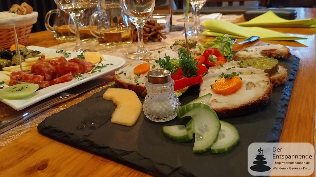 Vorspeisen-Trilogie mit Mettwürstchen, Oliven, Parmesankäse-Raspel (li.) & Saftiger Griebenschmalz auf Nussbrot (Winzerhof Gietzen)