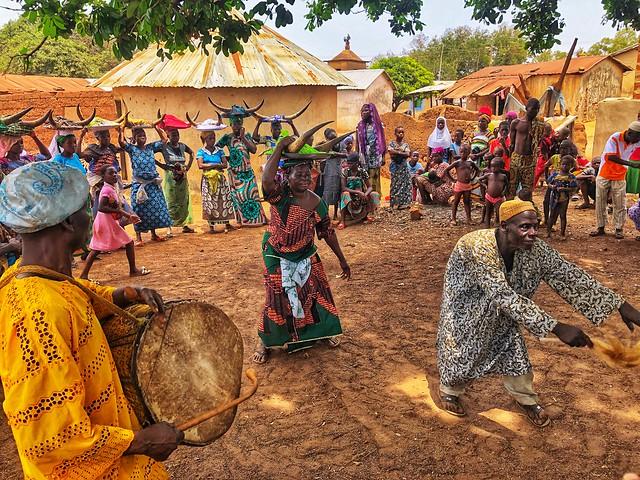 Bailes de la fiesta de iniciación taneka en Benín