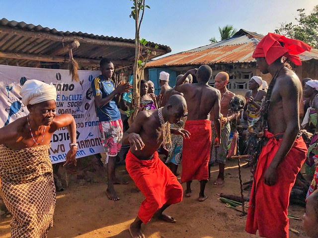 Danzas en una ceremonia vudú en un templo dedicado a Shangó en el Lago Ahemé (Benín)
